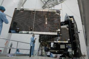 Začátek vyklápění trojdílných fotovoltaických panelů sondy Solar Orbiter.