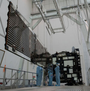 Vyklopený trojdílný fotovoltaický panel sondy Solar Orbiter.