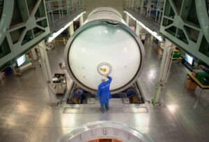 Příprava segmentů urychlovacích motorů rakety SLS pro misi Artemis 2.