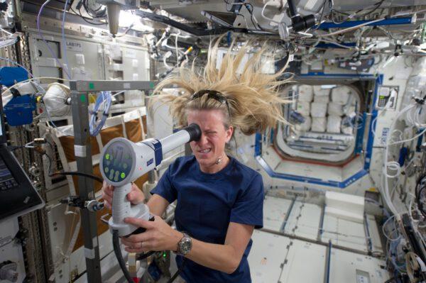 Astronautka Karen Nyberg provádí vyšetření svých očí na ISS