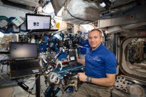 Kanadský astronaut David Saint-Jacques nastavuje kameru Z-CAM V1 Pro Cinematic v rámci projektu The ISS Experience.