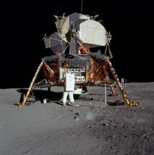 Lunární modul a dole vlevo pod ním pytle, které nakonec na Měsíci zůstaly (zdroj NASA)