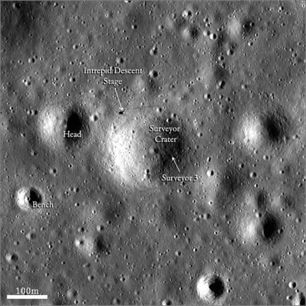 Místo přistání Apolla 12 a Surveyoru 3 vyfotografovanému měsíční družicí Lunar Reconnaissance Orbiter (zdroj NASA)
