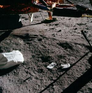 Bližší fotografie pytlů s odpadem na povrchu Měsíce (zdroj NASA)