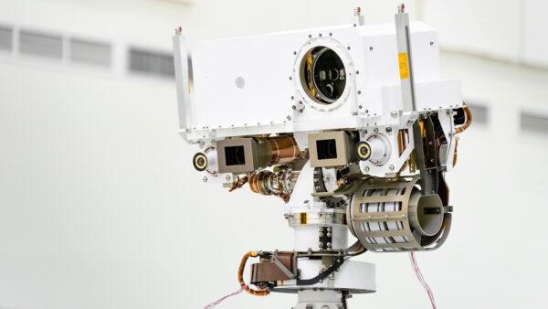 Na hlavě vozítka vidíme velký kruhový otvor - kameru Supercam. Kamery Mastcam-Z připomínají oči a vedle nich se nachází kamery Navcam.