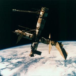 Podoba orbitální stanice Mir v červenci 1995