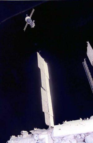 Sojuz TM-21 odlétá od stanice, aby pořídil fotografie odpojování Atlantisu