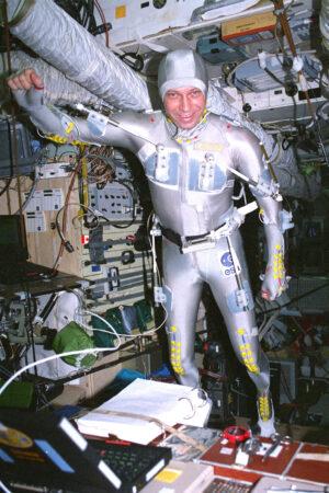 Některé experimenty mise Euromir 95 vyžadovaly skutečně roztodivné oděvní doplňky...