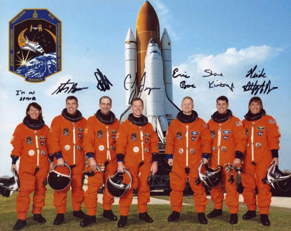 I do tak nudné záležitosti, jako jsou podpisy na fotografii posádky raketoplánu (v tomto případě Endeavour STS-126), lze propašovat vtip