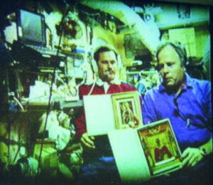 Solovjov a Budarin s ikonami během televizního přenosu