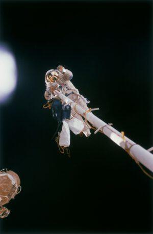 První astronaut ESA v otevřeném kosmu: Thomas Reiter na konci Strely
