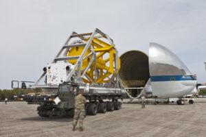 Zkoušky letounu Super Guppy a transportéru CHT na Shuttle Landing Facility. Žlutá příhradová konstrukce napodobuje hmotnost, těžiště a přibližný tvar Orionu. Na letovém rámu je posazena i klimatizační jednotka.