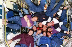 Společná fotografie posádek EO-18, EO-19 a STS-71