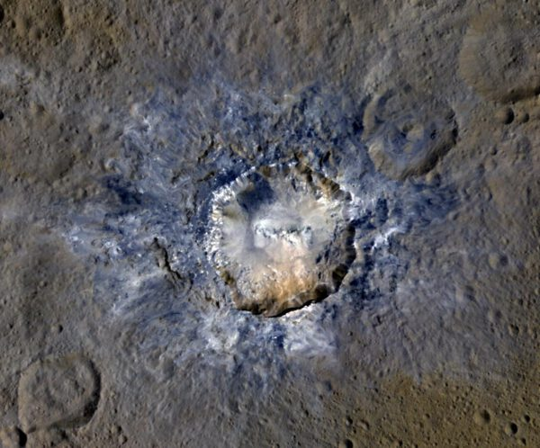 Kráter Haulani na trpasličí planetě Ceres, s průměrem 34 kilometrů ve falešných barvách.