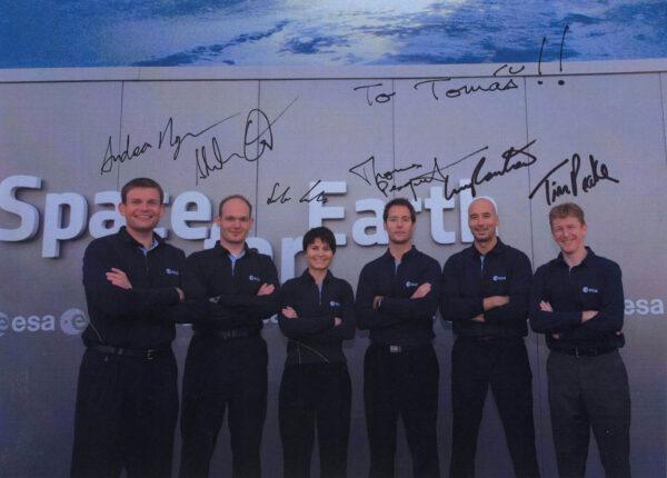 Oddíl evropských kosmonautů z roku 2009: projde-li se kdo z nich po Měsíci? Všechny podpisy získány při osobních setkáních