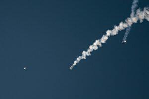 Zleva Orion, Abort Test Booster a LAS během testu Ascent Abort-2, 2. července