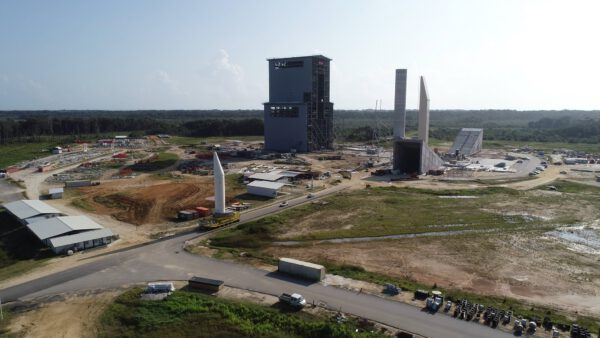 Testovací exemplář motoru P120C na vznikající rampě rakety Ariane 6 v září 2019