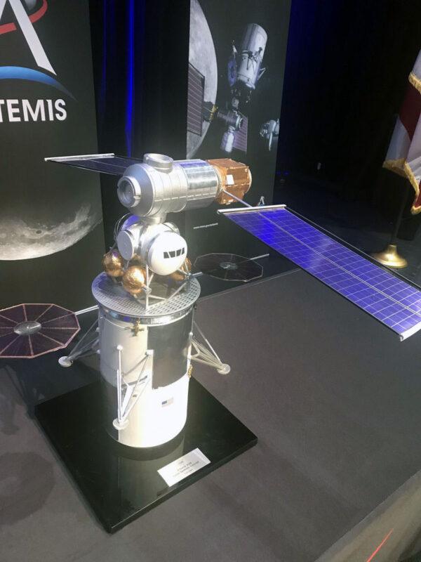 Model Gateway postavený podle několik měsíců starých představ. Vzletový modul landeru byl pro model převzat z programu Constellation
