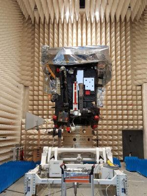 Solar Orbiter v bezodrazové komoře v areálu IABG během EMC zkoušek.