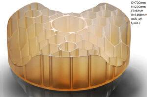 Testovací exemplář z materiálu ZERODUR o průměru 70 cm a výšce 20 cm. Povšimněte si odlehčení konstrukce odebráním přebytečného materiálu.