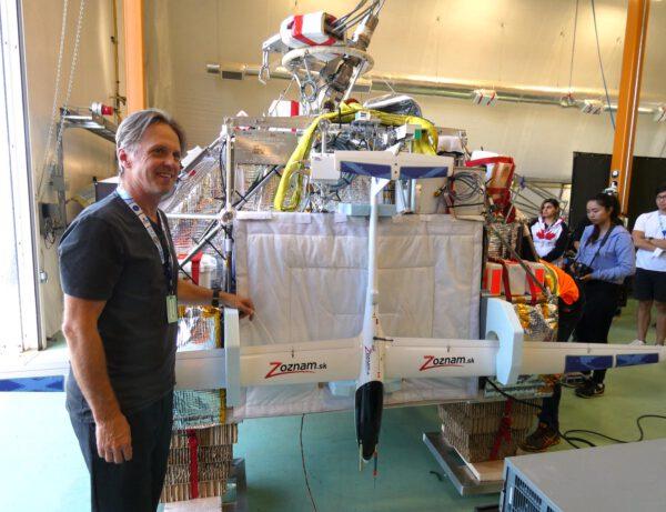 U letounu HiDRON během přípravy v hangáru stojí šéf firmy Stratodynamics, Gary Pundsack