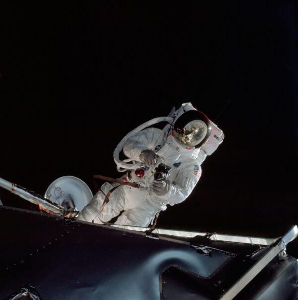 Russell L. Schweickart při výstupu do volného prostoru v lunárním skafandru.