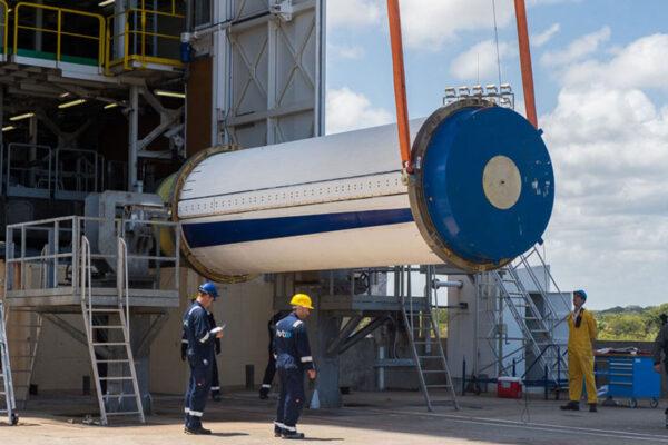 Druhý stupeň rakety Vega - motor Zefiro 23 na tuhé pohonné látky.