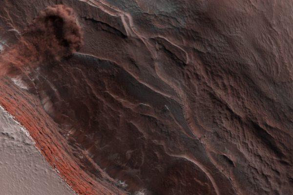 Padající led na severním pólu Marsu