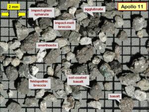Detailní snímek lunárního regolitu přivezený výpravou Apollo 11.
