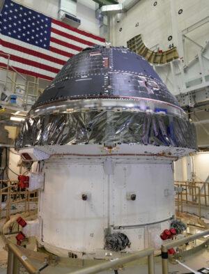 Orion, 19. července. Na některých pozicích určených pro panely tepelné ochrany byly dočasně umístěny neletové kryty.
