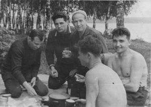 Alexej Leonov (uprostřed) s Jurijem Gagarinem, Borisem Volynovem a instruktory ve chvílích oddechu