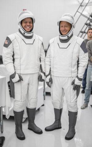 Bob Behnken a Doug Hurley pózují ve skafandrech pro loď Crew Dragon.