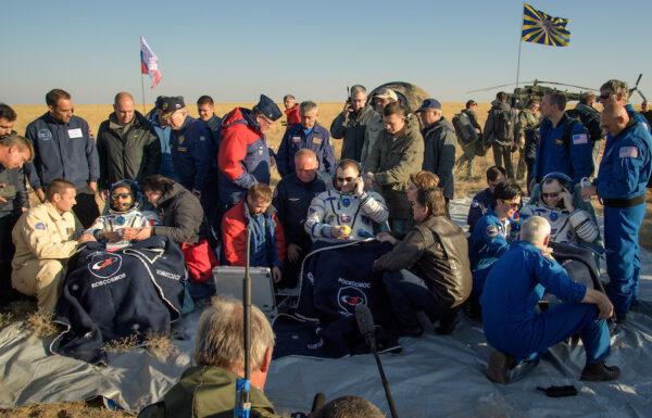 Posádka Sojuzu MS-12 po přistání