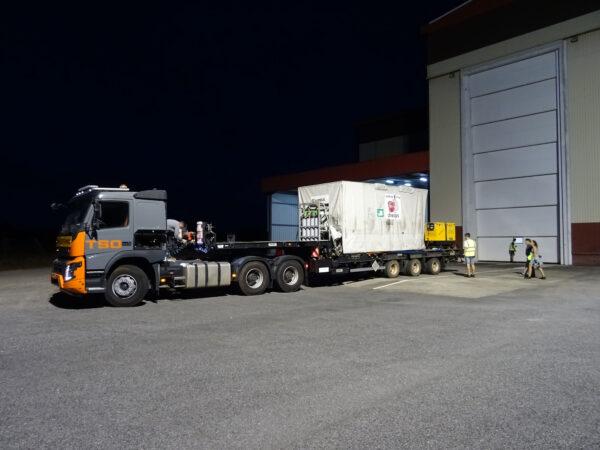 Převoz transportního kontejneru s teleskopem Cheops.