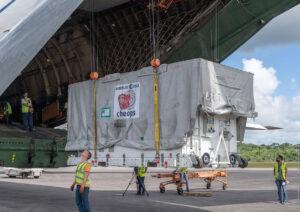 Vykládka kontejneru s teleskopem Cheops v Jižní Americe.