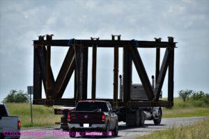 BocaChicaGal vyfotila základ svařované konstrukce startovacího stolu během přesunu na rampu v Texasu.