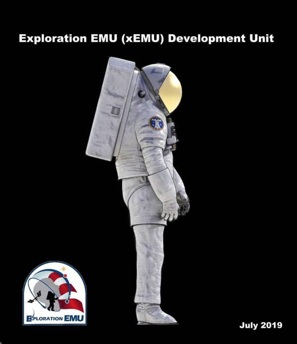 Boční pohled na skafandr xEMU (Exploration Extravehicular Mobility Unit)