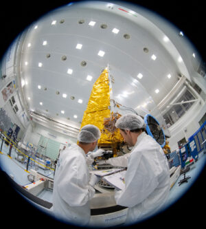 Inženýři u testovacího modelu teleskopu Euclid pro strukturální a termální zkoušky.