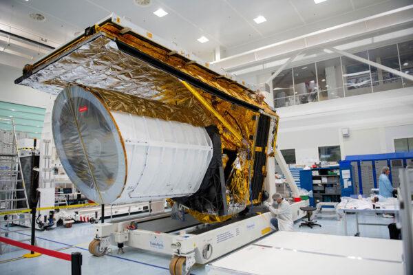 Velikost teleskopu Euclid (zde neletový testovací STM kus) vynikne ve srovnání s lidskou postavou.