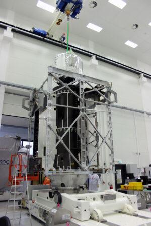 Instalace nádrže na okysličovadlo do centrálního válce sondy JUICE.