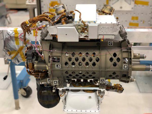 Přístroj SHERLOC instalován na otočnou hlavici robotické paže