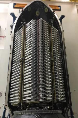 První várka testovacích družic sítě Starlink vypuštěná v květnu 2019.
