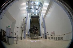 Příprava sondy Soalr Orbiter na cestu z Německa na Floridu.