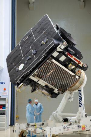 Dokončená sonda Solar Orbiter před odesláním na Floridu.