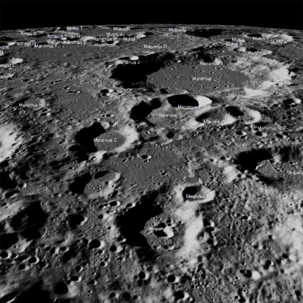 Lander Vikram se pokusil o přistání 7. září mezi krátery Simpelius N a Manzinus C. Bohužel přistání nebylo úspěšné a současná pozice nebyla oznámena. Snímek pořídila kamera LROC 17. září 2019. Středová část snímku zachycuje oblast širokou 150 km.