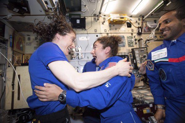 Christina Koch a Jessica Meir poté, co se dozvěděli, že jejich vycházka je součástí programu říjnových výstupů