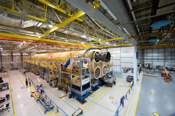 První RS-25 na centrálním stupni SLS pro misi Artemis I