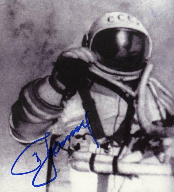 Historický okamžik – Alexej Leonov právě se stal prvním člověkem vystoupivším do otevřeného prostoru