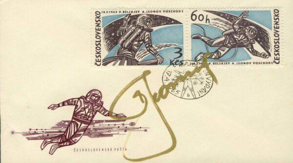 Příležitostná obálka a známka, které k letu Voschodu 2 vydala v dubnu 1965 Československá pošta