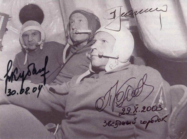 Fotografie původní posádky lodi Sojuz 11 (Alexej Leonov, Valerij Kubasov a Pjotr Kolodin). Jedenáct hodin před startem nahradila tyto tři muže posádka záložní